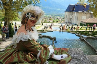costumes_dans_les_jardins_du_chateau.jpg